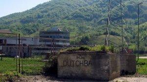 2005-05-08 09:26:55 NLD-20050508-POTOCARI: De ingang van het vroegere fabriekscomplex in Potocari. Tien jaar na de genocide in Srebrenica opent het herdenkingscentrum in die gemeente op 11 juli de Zwarte zaal, het nieuwste onderdeel van het complex. Voltooid is het centrum nog lang niet. De komende jaren zijn er nog miljoenen euro¼s nodig om alle plannen te realiseren. In juli 1995 was het terrein van de vroegere accufabriek het hoofdkwartier van de Nederlandse Dutchbat-militairen. Duizenden doodsbange moslims zochten hier een schuilplaats. Uiteindelijk vermoordden de Bosnische Serviers tijdens de overval op de enclave tussen de 8000 en 10.000 moslims, voornamelijk mannen.  Zie bericht BIN dd heden. ANP FOTO/JAN KOOY, NLD-20050508-POTOCARI: De ingang van het vroegere fabriekscomplex in Potocari. Tien jaar na de genocide in Srebrenica opent het herdenkingscentrum in die gemeente op 11 juli de Zwarte zaal, het nieuwste onderdeel van het complex. Voltooid is het centrum nog lang niet. De komende jaren zijn er nog miljoenen euro¼s nodig om alle plannen te realiseren. In juli 1995 was het terrein van de vroegere accufabriek het hoofdkwartier van de Nederlandse Dutchbat-militairen. Duizenden doodsbange moslims zochten hier een schuilplaats. Uiteindelijk vermoordden de Bosnische Serviers tijdens de overval op de enclave tussen de 8000 en 10.000 moslims, voornamelijk mannen.  Zie bericht BIN dd heden. ANP FOTO/JAN KOOY